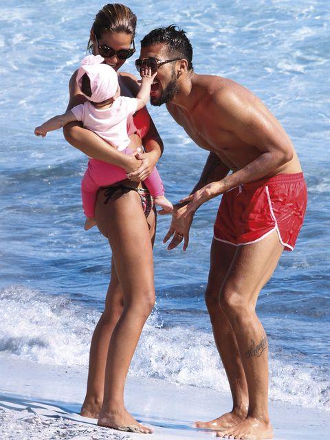 Tamara Gorro y Ezequiel Garay con su hija Shaila en Ibiza
