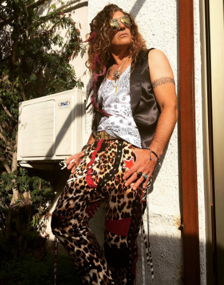 Style, Street fashion, Dreadlocks, Trunk, Abdomen, Tights, Fashion design, Pattern, Camouflage, Active pants,