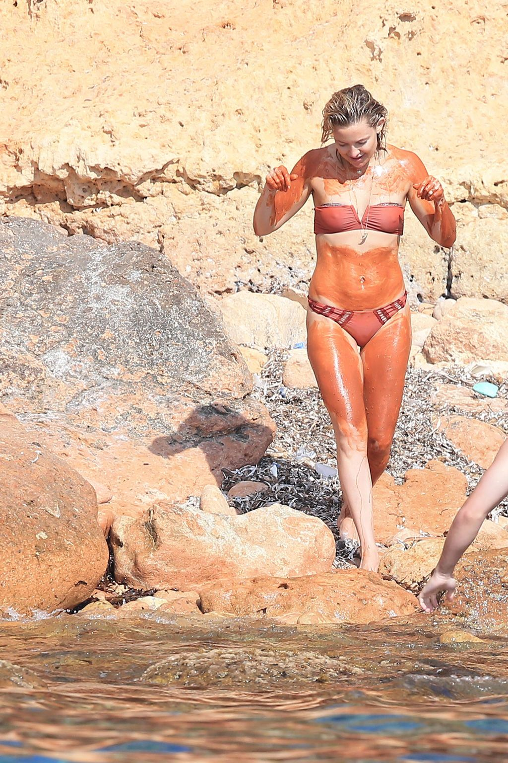 Kate Hudson se da un baño de barro en Formentera