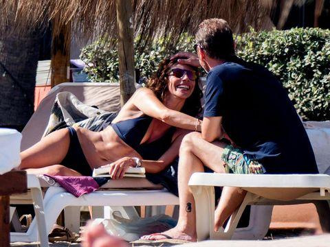 Maribel Verdú en biquini en la playa de Marbella