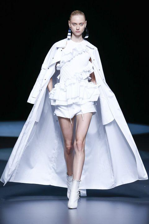 Fashion show, Hairstyle, Sleeve, Shoulder, Shoe, Fashion model, Textile, Runway, Human leg, Joint,