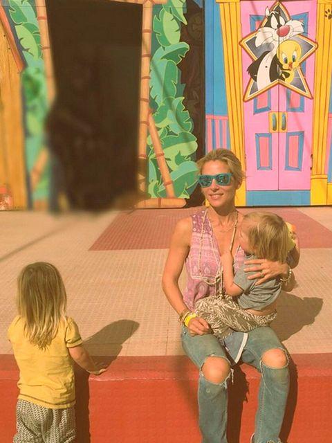 Elsa Pataky con sus hijos en la Warner, en Madrid. Instagram