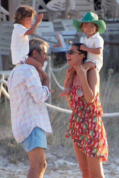 Arm, Human body, Summer, Hat, Shorts, Interaction, Sunglasses, Sun hat, Trunks, Tartan,