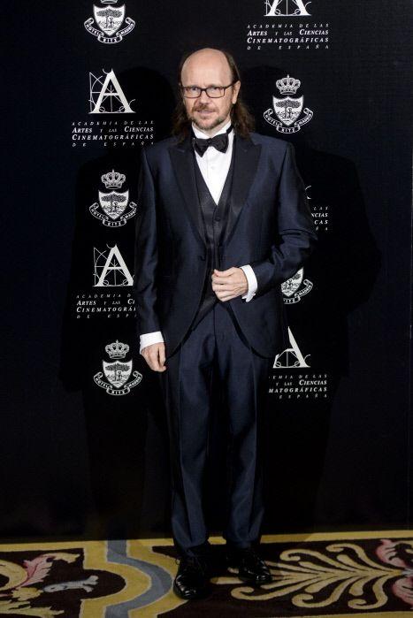 Coat, Collar, Trousers, Suit, Outerwear, Formal wear, Dress shirt, Style, Flooring, Beard,