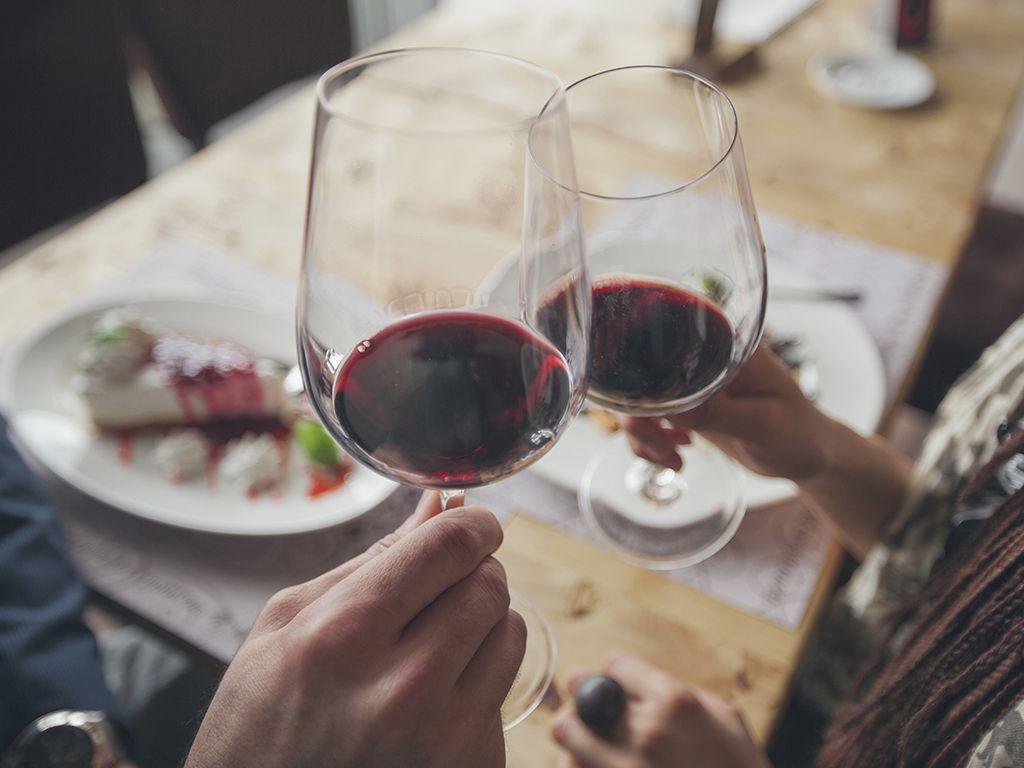 """<p>Si te apetece más un viaje donde el buen vino sea la clave, no puedes perder la ocasión de visitar 'Bed4U Pamplona'. &nbsp&#x3B;<span>Por 53 euros tienes una noche de hotel con desayuno y cena romántica que incluye botella de vino blanco de Navarra. Además, podrás visitar las bogedas Olite, una experiencia única.</span></p><p><a href=""""https://www.atrapalo.com/escapadas/vive-una-velada-romantica-y-especial-en-bed4u-pamplona-3_h101119.html"""" target=""""_blank"""">www.atrapalo.com</a></p>"""