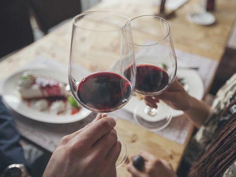 """<p>Si te apetece más un viaje donde el buen vino sea la clave, no puedes perder la ocasión de visitar 'Bed4U Pamplona'. &nbsp;<span>Por 53 euros tienes una noche de hotel con desayuno y cena romántica que incluye botella de vino blanco de Navarra. Además, podrás visitar las bogedas Olite, una experiencia única.</span></p><p><a href=""""https://www.atrapalo.com/escapadas/vive-una-velada-romantica-y-especial-en-bed4u-pamplona-3_h101119.html"""" target=""""_blank"""">www.atrapalo.com</a></p>"""