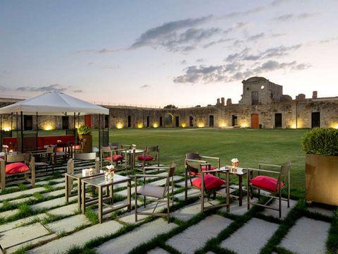 """<p>El Hotel Domus Real Fuerte de la Concepción ofrece un fin de semana romántico para dos adultos en un paraje inigualable para descansar: el único hotel de Europa enclavado en una fortaleza estrellada.&nbsp;<span>La escapada incluye habitación suite con vistas a los jardines, desayuno, botella de cava y salida tardía, que siempre viene bien.</span></p><p><a href=""""http://www.weekendesk.es/fin-de-semana/5524929/escapadas-fin-de-semana-en-Aldea_del_Obispo-Castilla_y_Leon-romantico"""" target=""""_blank"""">www.weekendesk.es</a></p>"""