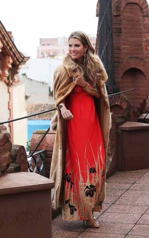 Long hair, Brick, Fawn, Costume design, Costume, Tradition, Gown, Fashion model, Fashion design, Vintage clothing,