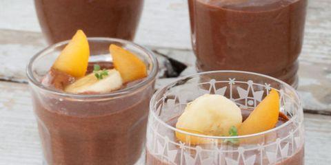crema de chocolate con plátanos y ciruela