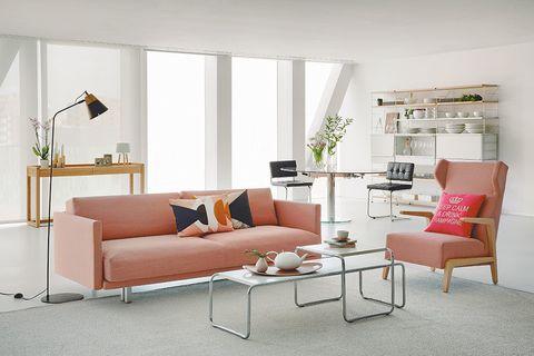 salón colores claros mesa de cristal sofá coral