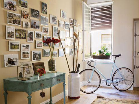 Bicycle tire, Bicycle wheel, Bicycle wheel rim, Bicycle frame, Bicycle accessory, Interior design, Bicycle part, Bicycle fork, Room, Bicycle handlebar,