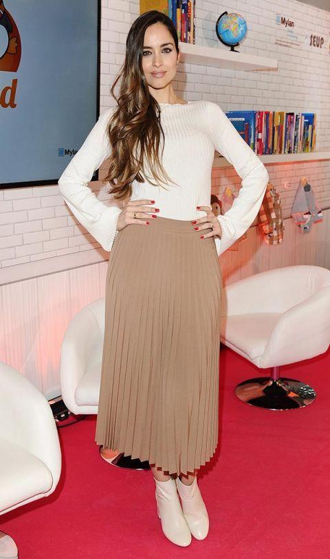 Shoulder, Flooring, Style, Carpet, Fashion, Waist, Youth, Beige, Fashion model, Design,