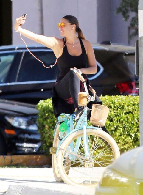 Bicycle wheel, Bicycle tire, Hand, Bicycle, Bicycle frame, Bicycle wheel rim, Bicycle part, Bicycle fork, Cycling, Bicycle handlebar,