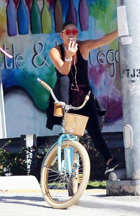 Finger, Bicycle tire, Bicycle wheel, Bicycle wheel rim, Bicycle, Bicycle frame, Artist, Bicycle fork, Bicycle part, Graffiti,