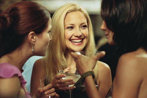 """<p><strong>No queremos decir que a tu marido no le guste estar contigo, pero a veces ellos necesitan tiempo a solas,</strong> al igual que tú. """"A veces no es fácil encontrar tiempo y espacio para ti cuando se comparte un hogar y una familia, que requieren mucho tiempo y atención,"""" dice Syrtash. Considera esto la invitación para hacer un plan de chicas, un <i>brunch</i> el domingo o unas copas el viernes después del trabajo. Contrata una niñera para tus hijos para que él también pueda hacer sus planes, aunque sus planes sean sentarse en el sofá y devorar todas las temporadas de una serie. <i><em></em></i></p>"""