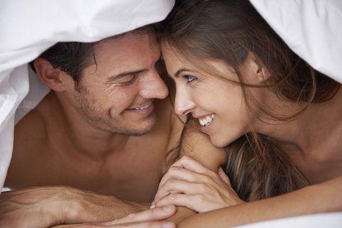 Pareja en la cama, consejos sexuales