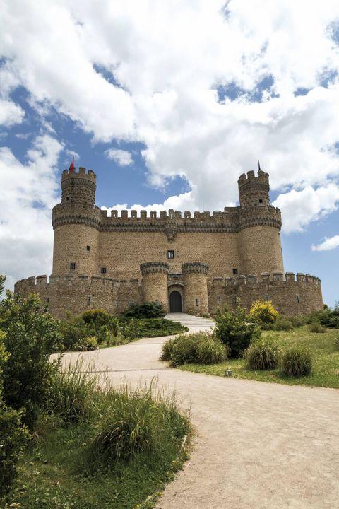Cloud, Architecture, Building, Castle, Shrub, Arch, Garden, Cumulus, Medieval architecture, Stone wall,