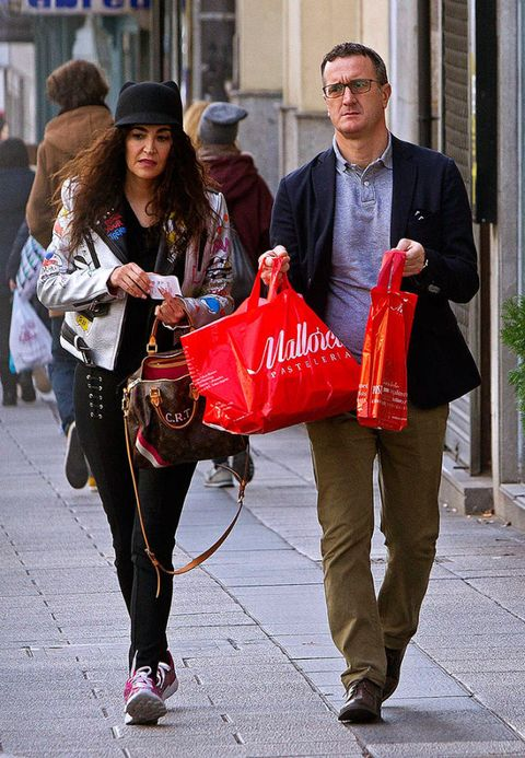 Trousers, Bag, Outerwear, Hat, Coat, Fashion accessory, Luggage and bags, Street fashion, Sun hat, Fashion,