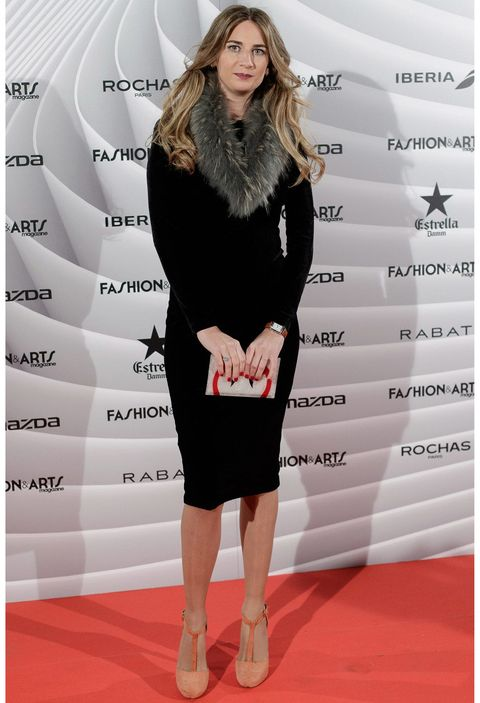 Shoulder, Style, Fashion model, Flooring, Carpet, Knee, Fashion, Waist, Dress, Street fashion,