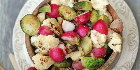 Receta de asado de coles de bruselas, coliflor y rábanos