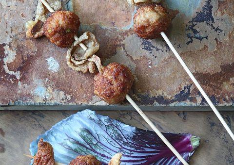 receta albondigas de muslo de pollo con puerros y cortezas de pollo