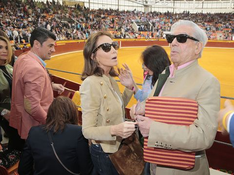 Eyewear, Vision care, Sport venue, Audience, Sunglasses, Crowd, Cap, Fan, Stadium, Fashion accessory,