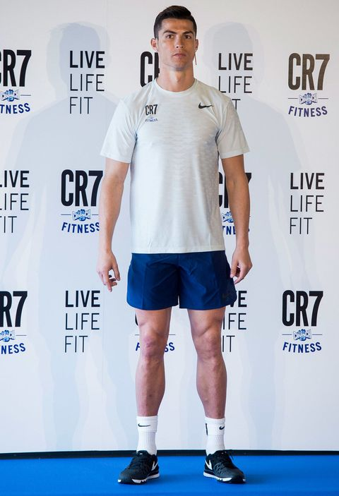 Shoulder, Joint, Arm, Leg, Knee, Shorts, Muscle, Human leg, Carpet, T-shirt,