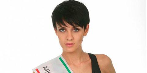 Hair, Face, Hairstyle, Forehead, Skin, Eyebrow, Chin, Black hair, Shoulder, Bangs,
