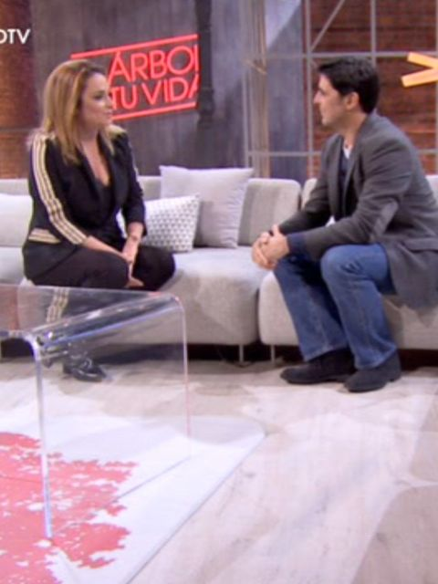 Sitting, Leg, Footwear, Interior design, Furniture, Flooring, Floor, Photography, Conversation, Thigh,