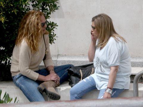 Sitting, Leg, Jeans, Conversation, Gesture,