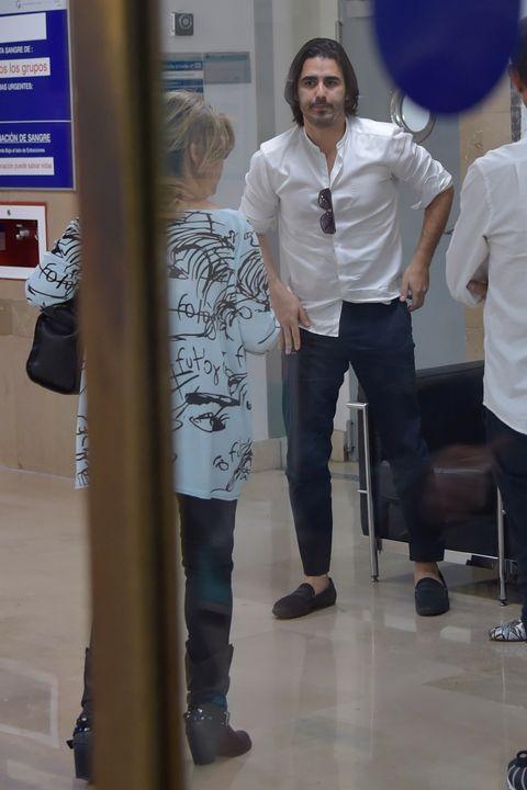 Leg, Trousers, Shirt, Standing, Jeans, T-shirt, Dress shirt, Denim, Balloon, Hip,