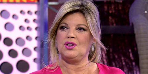 Hair, Face, Blond, Facial expression, Eyebrow, Television presenter, Cheek, Chin, Nose, Lip,