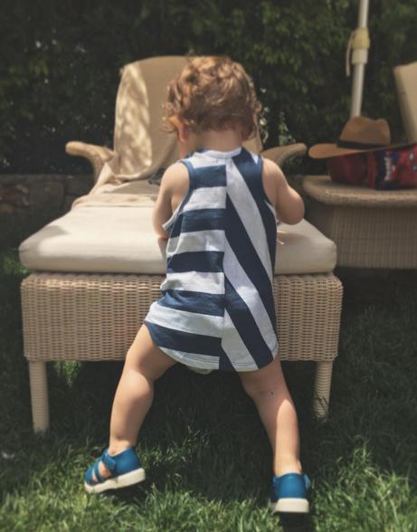 Child, Toddler, Leg, Sitting, Summer, Grass, Human leg, Play, Shoe, Table,