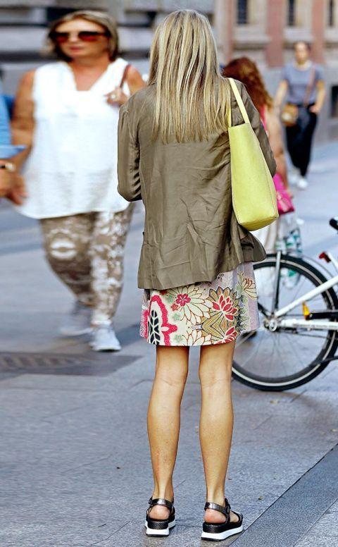 Footwear, Leg, Bicycle tire, Human leg, Bicycle wheel, Textile, Bicycle frame, Outerwear, Street, Bag,