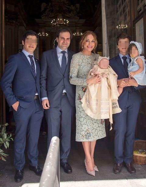 Gema Ruiz con su familia en el bautizo de su hijo Juan