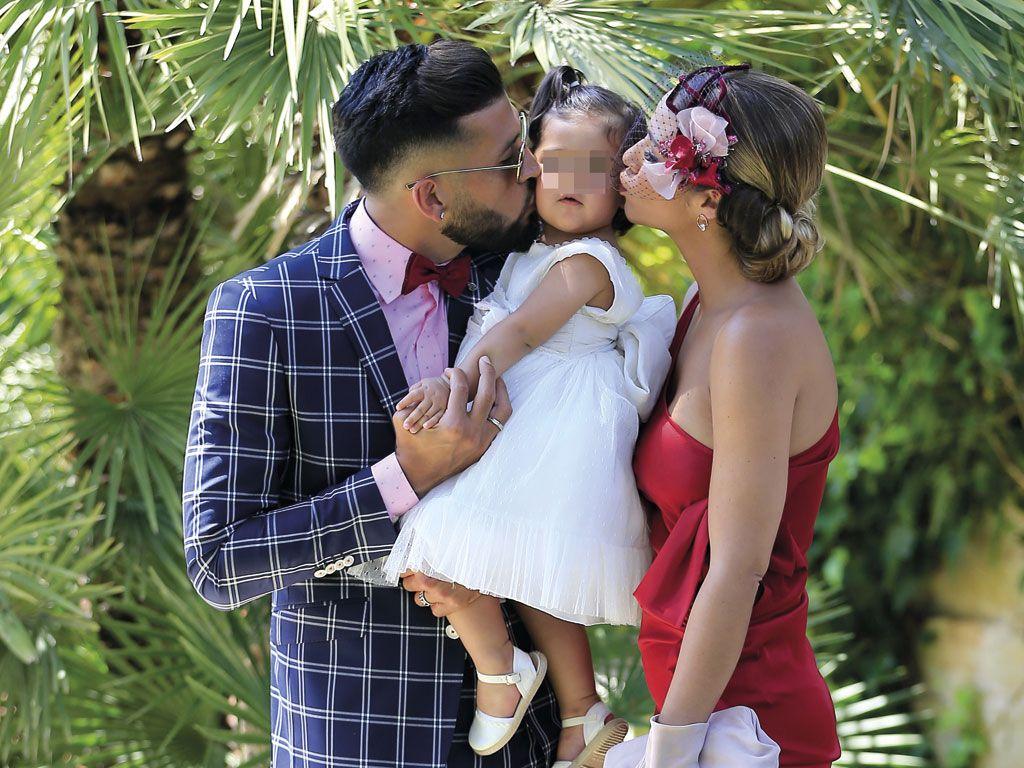 Ezequiel Garay y Tamar Gorro con su hija Shaila de boda