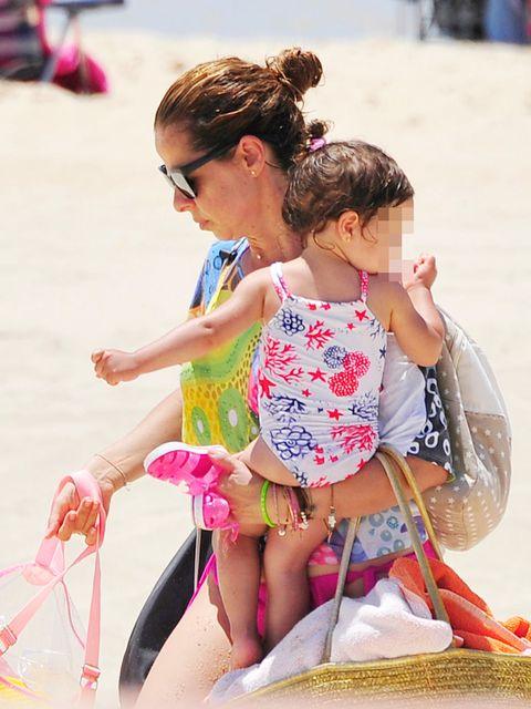 Estrella Morente con su hija en la playa