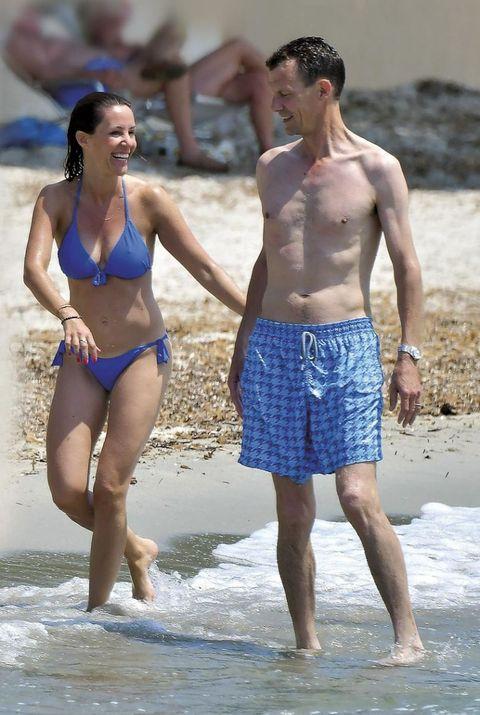 Joaquín de Dinamarca y su mujer en la playa