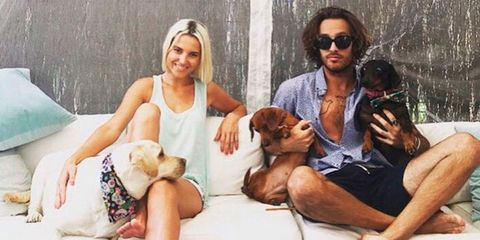 Ana Fernández y Adrián Roma con sus perritos
