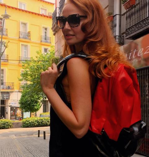 Clothing, Eyewear, Glasses, Vision care, Sunglasses, Window, Style, Street fashion, Fashion accessory, Beauty,