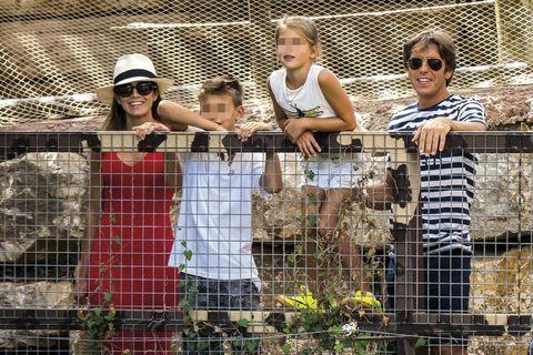El Cordobés y Virginia Troconis con sus hijos en el zoo