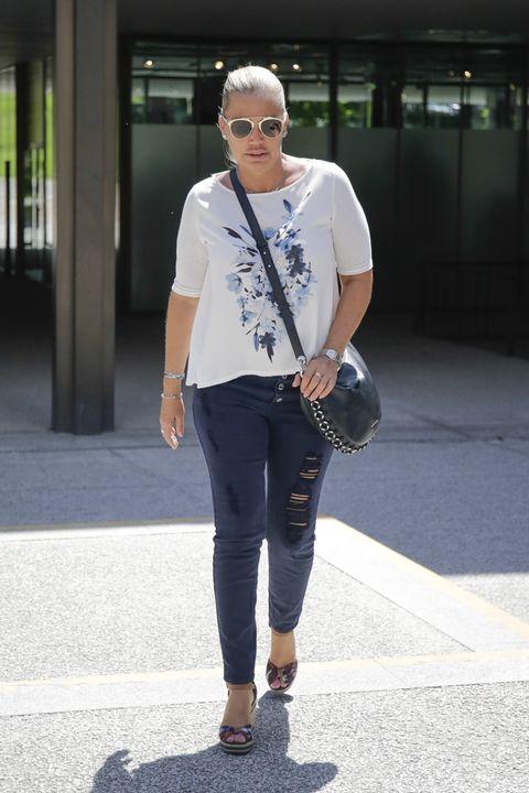 Jeans, Street fashion, Clothing, Fashion, Denim, Snapshot, T-shirt, Footwear, Shoe, Waist,