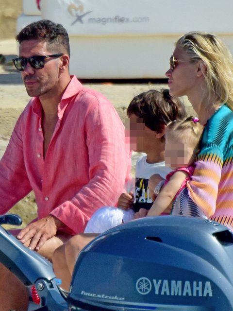 Simeone y Carla Pereira con su hija en Formentera