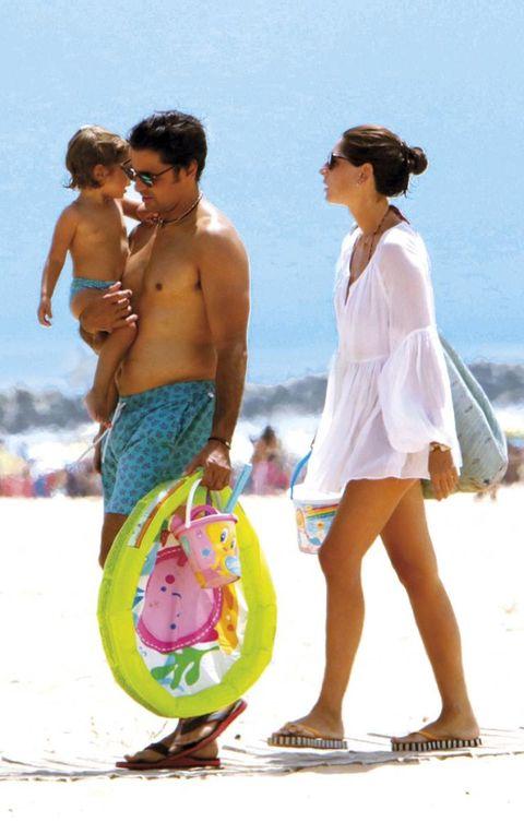 Fran Rivera y Lourdes Montes en la playa con su hija Carmen