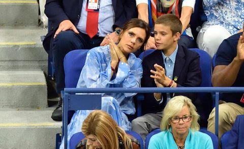 Victoria Beckham con Romeo en el tenis