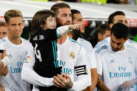 Sergio Ramos con su hijo en el Bernabéu