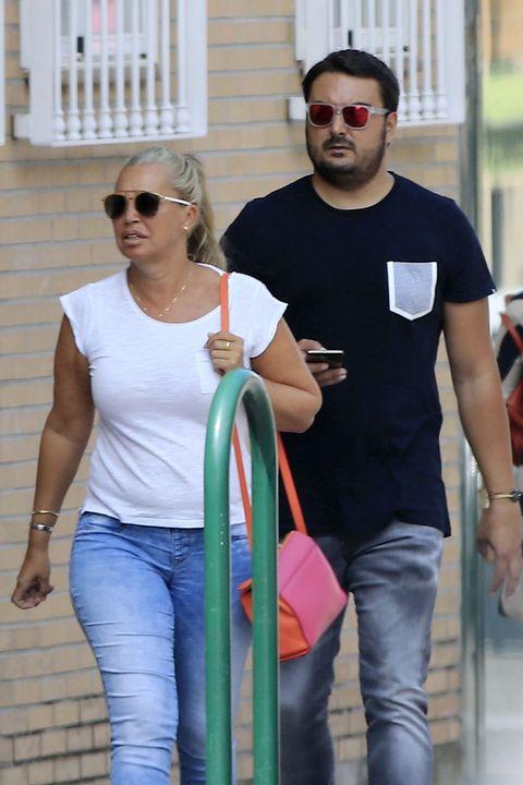 T-shirt, Jeans, Shoulder, Standing, Sunglasses, Textile, Facial hair, Eyewear, Trousers, Top,
