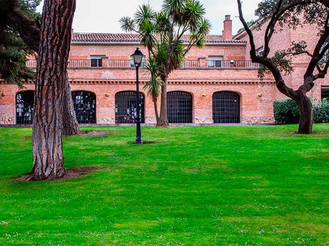 Property, Lawn, Green, Grass, Estate, House, Tree, Building, Home, Mansion,