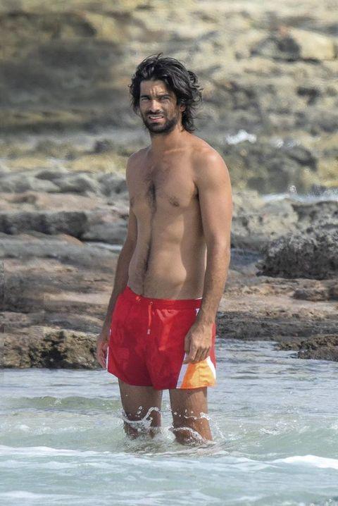 Rubén Cortada con su novia en la playa
