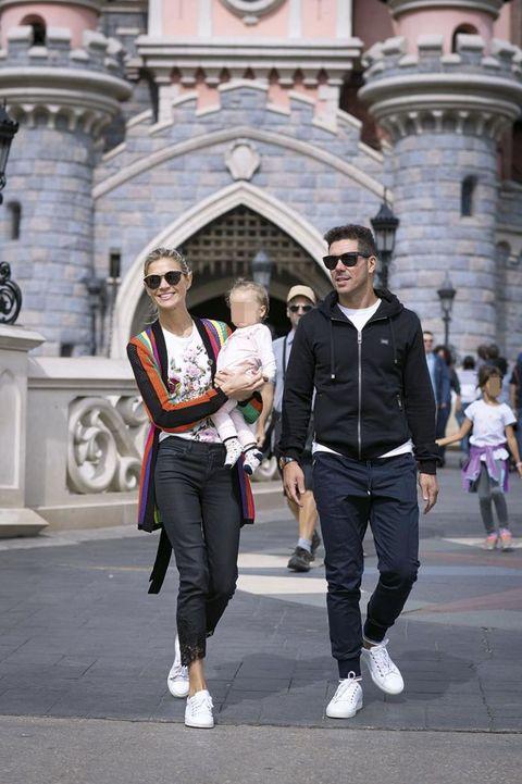 Simeone y Carla Pereyra en Disneyland con su hija
